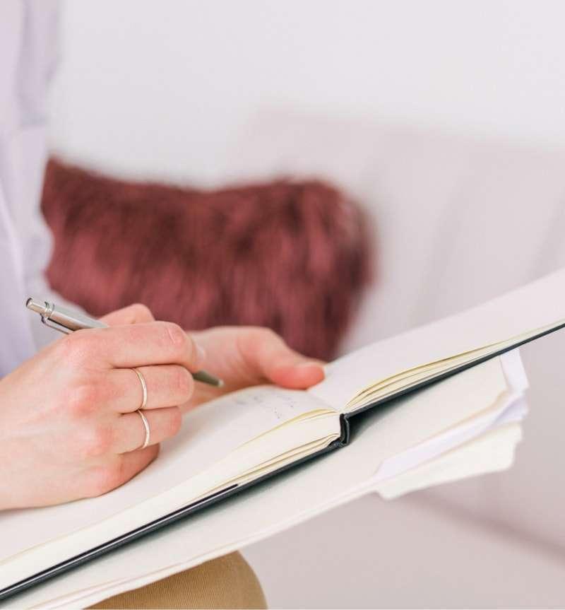 Psicoterapeuta tomando notas
